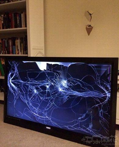 新买了台液晶电视,挂在墙上,结果……