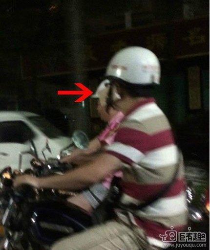 边开车边讲电话的最高境界是把手机夹在头盔旁~